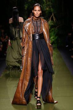 Balmain Parigi - Spring Summer 2017 Ready-To-Wear - Shows - Vogue. Fashion Mode, Fashion Week, Fashion 2017, Look Fashion, Couture Fashion, Runway Fashion, High Fashion, Winter Fashion, Fashion Show