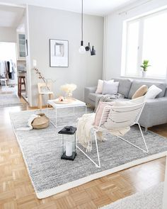 Minimalist Living Room Ideas and Inspiration Living Room Chairs, Interior Design Living Room, Simple Living Room Decor, Living Comedor, Ideas Hogar, Lounge Design, New Home Designs, Interiores Design, Apartment Living
