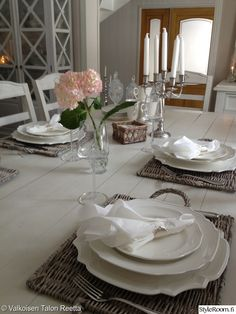 ruokapöytä,kattaus,juhlakattaus,valkoinen puupöytä