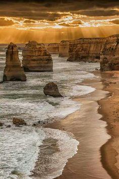 The Twelve Apostles désigne un regroupement d'aiguilles de calcaire dépassant de l'eau en bord de mer dans le parc national de Port Campbell, le long de la route Great Ocean Road en Victoria, Australie