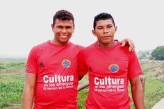 Jugadores del equipo de fútbol del alojamiento temporal Plato