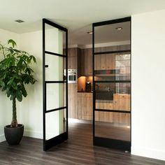 Enkelglas stalen deuren, vaak met kleine ruitjes en nog met stopverf gezet. Bij stalen-binnendeuren.nl maken we de moderne variant van deze prachtige klassieke deuren.