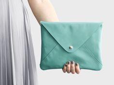 Envelope-Clutch+Emilia+–+Mintblau+aus+Leder+von+lille+mus+//+Taschen+&+Accessoires+auf+DaWanda.com