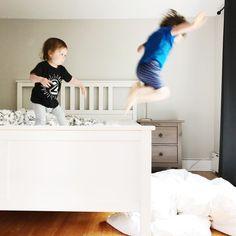 Gooood morning!  #kidslife #letthembelittle #2ans #avoir2ans #frereetsoeur #3ansetdemi #etremaman #motherhood #momlife #maternité #brotherandsister #melodiepetitesouris #clempetitcoquin #avoir2enfants #grandfrere #petitesoeur #bedroomdecor #baneaux #faitalamain #faitauquebec