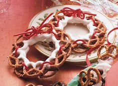 Christmas pretzel wreaths - cute for kids and they only require a few ingredients; mini pretzel twists, red licorice laces/string and white candy coating or white chocolate. Dipped pretzels are laced with red in a treat almost too pretty to eat Christmas Pretzels, Christmas Goodies, Christmas Treats, Christmas Baking, Holiday Treats, Christmas Fun, Holiday Recipes, Xmas, Christmas Decorations