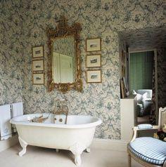 salle de bains victorienne avec des papiers peints