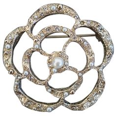 Pre-owned Chanel Classic Gold Pearl/crystal Camellia Flower Metal... (49.875 RUB) ❤ liked on Polyvore featuring jewelry, brooches, accessories, gold, black flower brooch, womens jewellery, chanel brooch, metal brooch and black brooch