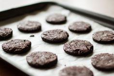 Σοκολατένια μπισκότα από τον Άκη Πετρετζίκη. Φτιάξτε εύκολα και γρήγορα μπισκότα με πραγματική σοκολάτα και κεράστε τους φίλους σας! Ιδανικά για παιδικό πάρτυ!