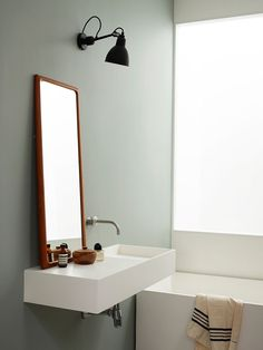Minimalist green bathroom, Lampe Gras No304
