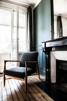 dark gray mid-century chair in parisian apartment Formal Living Rooms, Living Spaces, Scandal, Old Fireplace, Fireplaces, Parisian Apartment, Paris Appartment, Home Decor Baskets, Interior Architecture