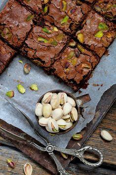 Kakkuviikarin vispailuja!: Pistaasibrownie Desserts, Food, Tailgate Desserts, Deserts, Eten, Postres, Dessert, Meals, Plated Desserts