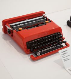 Typewriter Valentine, Ettore Sottsass for Olivetti. Featured at the Design Museum new exhibition Extraordinary Stories about Ordinary Things Olivetti Typewriter, Design Museum London, Fashion Through The Decades, Portable Typewriter, Id Design, Graphic Design, Sustainable Furniture, Vintage Typewriters, Retro