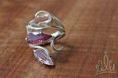 ANEL ARABESCO TRILOGIA ROSA: anel em prata texturizada com acabamento diamantado e brilhante, com arabescos irregulares, que abraçam duas turmalinas rosa e 1 morganita.