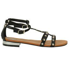Deze lederlook sandalen hebben een rits aan de achterzijde van de hak en 2 gespjes op de enkel. Deze zilveren puntstuds lopen over de achterzijde van de sandalen en over de vreef. Er zit een zilveren accent in de kleine hak van 2 cm.