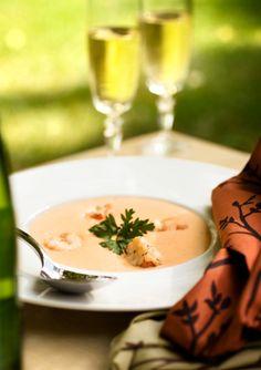 El bisque de langosta es una crema elegante hecha a base de de los jugos y fragancias de la langosta.  Esta sopa es ideal para una noche de langosta ya que la sopa solo utiliza el cascaron de la langosta pero no su carne.