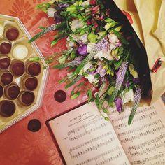 Разбираем подарочки доедаем конфетки. Завтра - на работку #sweet #chocolate #choco #chocolover #flowers #beauty #music #sheetmusic #oldbook #book #retro #vsco #vscocam #vscoday by letkayenka
