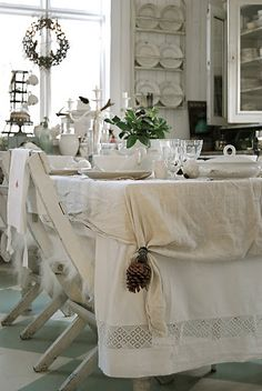 Check Out 23 Stunning Shabby Chic Dining Room Design Ideas. Old-fashioned furniture, shabby chic walls, rustic wooden chairs, the recommended color is white or very light gray. Cottage Shabby Chic, Shabby Chic Dining Room, Shabby Chic Kitchen, Shabby Chic Homes, Shabby Chic Decor, Casas Shabby Chic, Estilo Shabby Chic, Decoration Shabby, Decoration Table