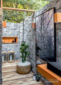 Já a área de banho ao ar livre inclui chuveirão (Deca) e deck de teca (We Do) resistente ao tempo. Projeto de David Bastos.