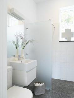 white bathroom via www.therusticmodernist.blogspot.com