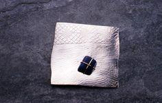 Alexandra Ribeiro | Cosido | broche | prata arrendada com pedra cosida com fio de ouro | 1998 | 7x8x1cm | fotografia João Firmino