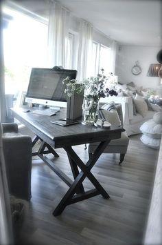 Lovely desk, easy DIY
