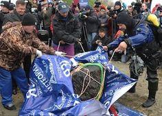 Giant fragment of Chelyabinsk meteorite lifted from Russian lake   Earth   EarthSky