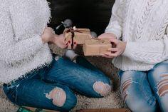 Close-up d'amis échangeant des cadeaux Photo gratuit