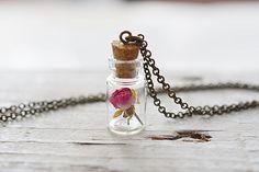 Rosa rosa real seco mini colgante de la botella de vidrio con tapón de corcho. Disponible con cadena de plata o bronce.  MEDIDAS:  ** La botella de