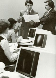 El gran cambio al ordenador... Esta foto debe ser de principios de los ochenta.