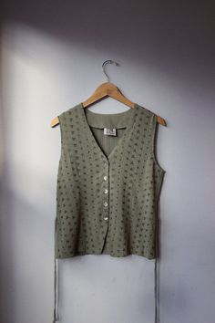 Gorgeous embroidered vintage blouse. So delicate and lovely, perfect for the spring and summer time! Looks so dainty and sweet tied back into a bow to make it cinch at the waist! The baby melon color would look amazing on any skin tone