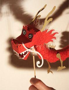 Pour fêter le Nouvel An chinois, sous le signe du Dragon, l'illustratrice allemande Tina Kraus a réalisé une superbe marionnette en papier. Déclinée dans 4 coloris (bleu aqua, vert, rouge, et blanc), ce dragon articulé devrait chasser les plus mauvais… Plus