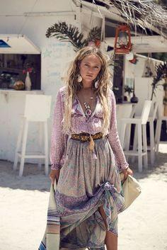 bohemian boho style hippy hippie chic bohème vibe gypsy fashion indie folk look Gypsy Style, Boho Gypsy, Bohemian Style, Hippie Boho, Bohemian Clothing, Gypsy Chic, Bohemian Beach, Hippie Jewelry, Modern Hippie Style