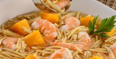 Sopa con camarones fideos y mango