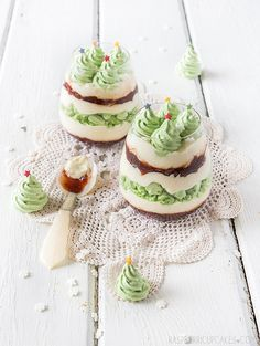 Christmas Mess with Christmas Tree Meringues / Tolles Weihnachts-Dessert Christmas Favors, Christmas Cupcakes, Christmas Sweets, Christmas Cooking, Christmas Goodies, Christmas Time, Xmas, Green Christmas, Merry Christmas