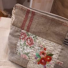 Homemade Bags, Embroidery Purse, Zipper Pouch Tutorial, Patchwork Fabric, Handmade Purses, Craft Bags, Fabric Beads, Clutch Bag, Purses And Bags