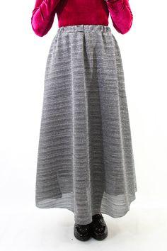 Maxi falda disponible en plata y oro para que luzcas súperelegante en todas las fiestas. Es un poco más larguita por atrás que por delante, con vuelo, y forrito incorporado.