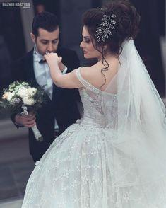 Wedding Couple Poses Photography, Wedding Poses, Wedding Shoot, Wedding Couples, Foto Wedding, Dream Wedding, Sheer Wedding Dress, Wedding Dresses, Bride Poses