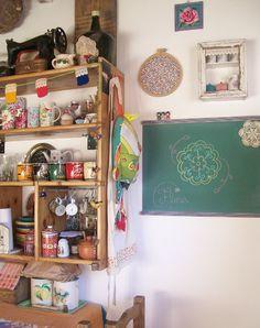 una cocina con pizarrón, menú todos los días asegurado :)