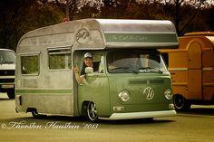 Rad Camping in Style. Kombi Motorhome, Vintage Motorhome, Vintage Campers Trailers, Bus Camper, T3 Vw, Volkswagen Transporter, Volkswagen Bus, Combi T1, Vw Camping