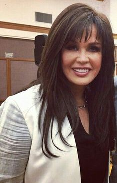 If you want a natural new medium layered hair cuts from summer to fall, why not try these medium layered hair cuts hair styles or colors? Medium Layered Haircuts, Long Layered Hair, Medium Hair Cuts, Long Hair Cuts, Medium Hair Styles, Long Hair Styles, Haircut Trends 2017, Trending Haircuts, Marie Osmond