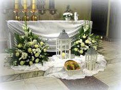 Znalezione obrazy dla zapytania dekoracja ołtarza komunia Church Flower Arrangements, Altar Decorations, Corpus Christi, First Communion, Dessert Table, Flowers, Ideas, Furniture, Catholic Priest