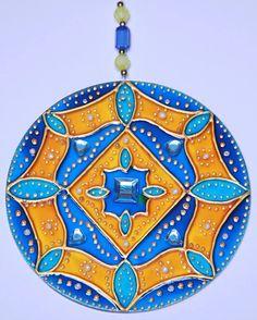 originalyexclusiva | MANDALAS Mandala Canvas, Mandala Art, Cd Crafts, Diy And Crafts, Cd Recycle, Glass Design, Fabric Painting, Mosaic Glass, Doctors