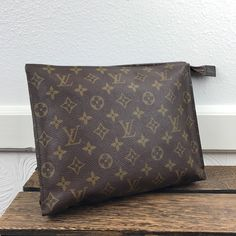 This is an authentic Louis Vuitton vintage toiletry bag 26. It is the  perfect size 34fae14fc8