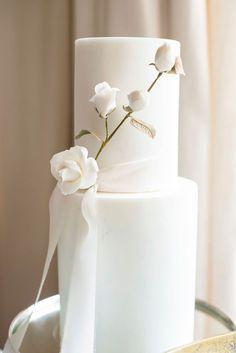 Luxury Wedding Cake Design, Elegant Wedding Cakes, Beautiful Wedding Cakes, Wedding Cake Designs, White And Gold Wedding Cake, Blue Wedding, Burgundy Wedding, Ribbon Wedding, White Gold