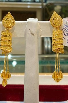 Buy 22KT Gold earrings online in latest designs at best prices. Tanishq Jewellers offers you an excellent collection of trendy studs, jhumkis, gold .. Gold Jhumka Earrings, Gold Bridal Earrings, Jewelry Design Earrings, Gold Earrings Designs, Gold Chain Design, Gold Ring Designs, Gold Bangles Design, Gold Jewellery Design, Gold Jewelry Simple