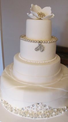 18 Best Ideas For Wedding Cakes Simple Elegant Bling Brides Simple Elegant Wedding, Elegant Wedding Cakes, Cake Wedding, Wedding Gowns, Pretty Cakes, Beautiful Cakes, White Cakes, Amazing Wedding Cakes, Amazing Cakes