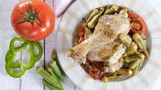 Κοτόπουλο με μπάμιες στη γάστρα, νόστιμο, ζουμερό και λαχταριστό φαγητό για το καθημερινό τραπέζι! Σερβίρει 4 άτομα. Turkey, Meat, Food, Peru, Turkey Country, Hoods, Meals