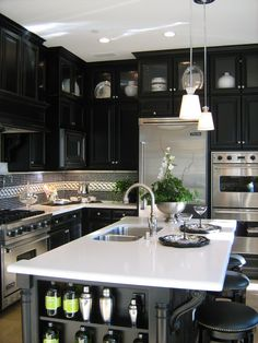 Doing the dishes would be awesome in this kitchen! How fantastic!