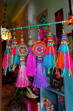 How-To: Woven Rug using a Cardboard Loom Diy Tassel, Tassel Jewelry, Tassels, Dainty Jewelry, Pom Pom Crafts, Yarn Crafts, Fabric Crafts, Deco Originale, Crochet Decoration