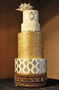 Gold and silver wedding cake. This is also perfect for a safari themed wedding! #Africa. @Celebstylewed